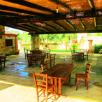 Tavoli e sedie di legno nella sala