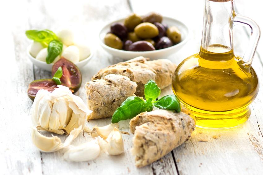 Olio Extravergine d'Oliva accompagnato con pane, basilico e Olive